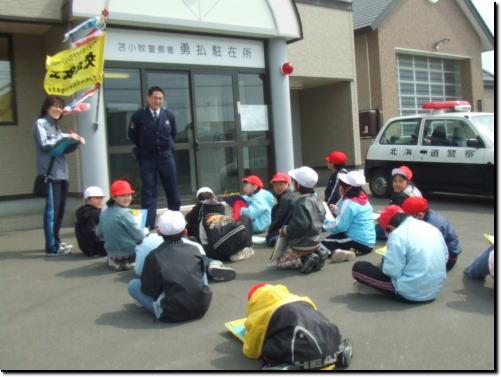 【子どもの安全指導をする池田巡査部長。】